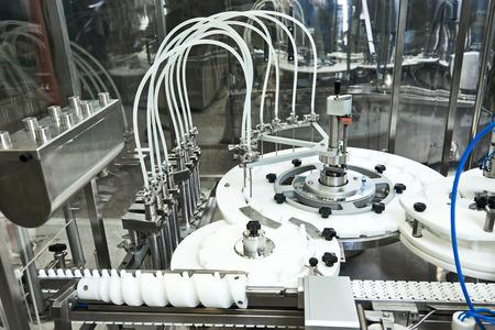 industriales: industria farmac�utica. L�nea de producci�n de la m�quina transportadora en facory Foto de archivo