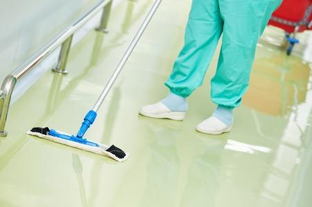 zwabber: Floor zorg en schoonmaak diensten met wassen mop in steriele fabriek of schoon ziekenhuis Stockfoto
