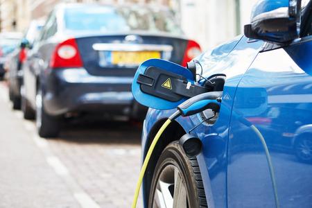 Altrernative エコ エネルギー燃料。アムステルダムで充電中の電気自動車に差し込まれている電源のクローズ アップ 写真素材