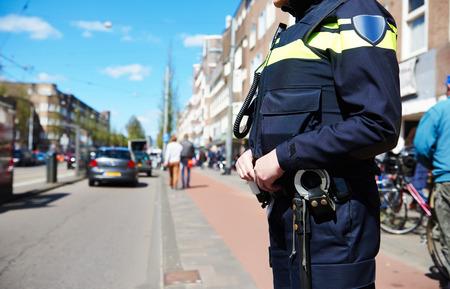 Bezpečnost město a bezpečnost. policista sleduje pořadí, v městské ulici