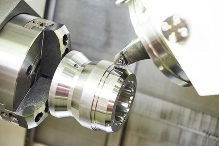 metal moderno máquina de trabajo con la herramienta de corte durante el detalle de metal que gira a la fábrica