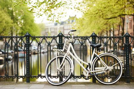 bicicleta retro: bicicleta en la calle de la ciudad del puente canal del río en Amsterdam
