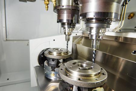 金工業。チャック工業製造工場で金属の詳細を処理するための準備の 2 つの工場で工作機械をフライス盤