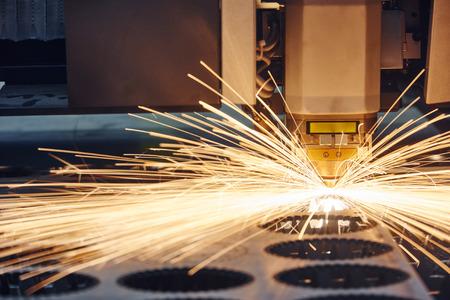 Metaalbewerking. Lasersnijden technologie van vlakke plaat metaal staal materiaal verwerken met vonken. Authentieke schieten in uitdagende omstandigheden. Misschien beetje wazig. Stockfoto - 41208861