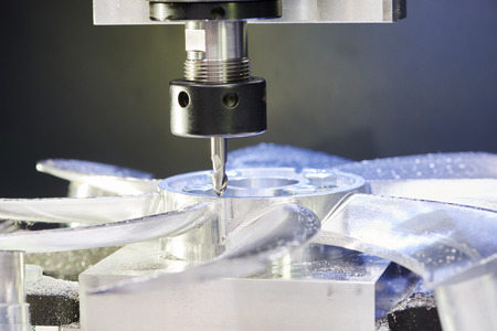 maquinaria: Fresado m�quina herramienta con molino en la tirada se prepara para procesar detalle de metal en la f�brica de fabricaci�n industrial Foto de archivo