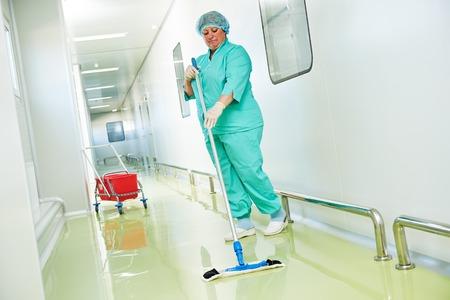 personal de limpieza: Servicios de cuidado de suelos y limpieza con mopa de lavado en f�brica est�ril u hospital limpio Foto de archivo
