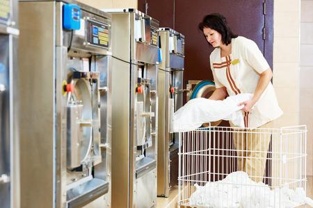 MAQUINA DE VAPOR: servicios de limpieza. Mujer de carga m�quina lavadora de ropa con tela