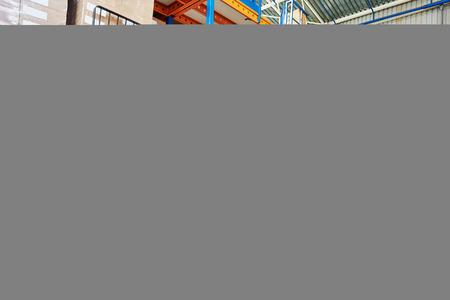warehouse forklift: Programa piloto del trabajador del almac�n en cardboxes apilamiento uniforme por cargador apilador carretilla elevadora