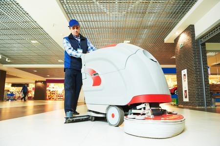 Servicios de cuidado de pisos y limpieza con lavadora en la tienda de supermercado tienda Foto de archivo - 41479264