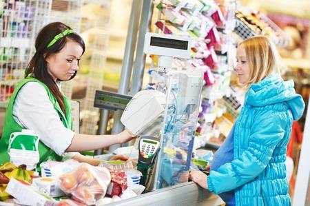 pagando: Al cliente la compra de alimentos en el supermercado y hacer visita con el trabajador cashdesk en tienda