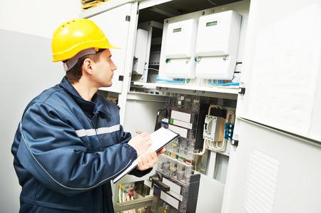 퓨즈 박스에서 장비의 데이터를 검사하는 전기 빌더 엔지니어 관리자