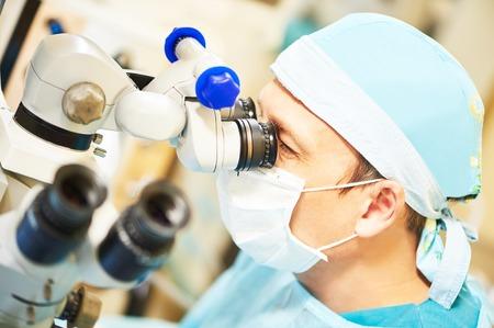 의료 클리닉에서 눈 시력 수술 작업 방 앞에 제복을 입은 남성 외과