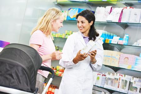 drugstore: Mujer del químico farmacéutico ayuda a elegir la medicina para los jóvenes al comprador femenina en droguería de la farmacia Foto de archivo