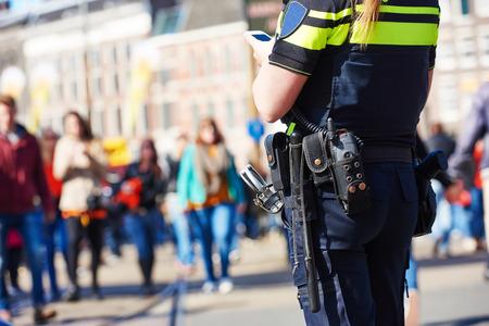 seguridad en el trabajo: la seguridad de la ciudad y la seguridad. Para ver el policía en la calle urbana
