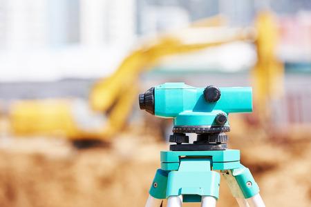 topógrafo: Nivel de equipamiento topógrafo teodolito al aire libre en el sitio de construcción