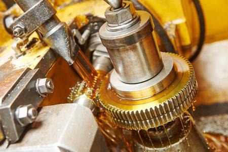 industrie: Metallindustrie: Zahn Zahnrad Bearbeitung durch Gewindebohrer Schneidmühle Werkzeug