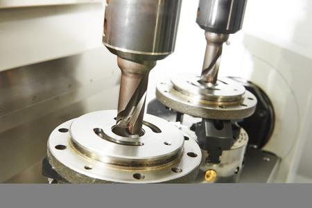 Metaalbewerking industrie. Twin freesmachine tool met twee molens in spindel klaar om metalen detail bij de industriële productie in de fabriek te verwerken Stockfoto