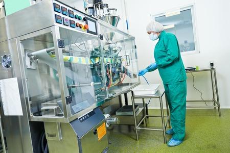 Mujer fábrica línea de producción farmacéutica operativo trabajador en la farmacia fábrica fabricación industria Foto de archivo