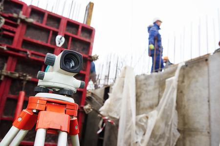 teodolito: Nivel de equipamiento topógrafo teodolito al aire libre en el sitio de construcción