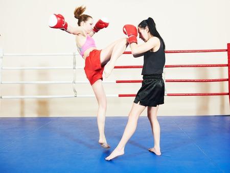 patada: mujeres tailandesas Muai que luchan en el ring de boxeo entrenamiento