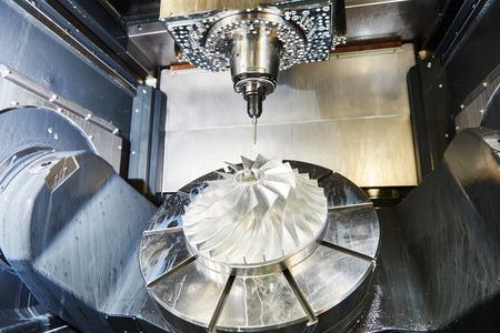 herramientas de trabajo: cnc trabajar metal centro de mecanizado con herramienta de corte durante la molienda detalle de metal en la f�brica
