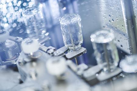 farmacia: medicina farmac�utica limpieza lavadora industrial y secadora para los medicamentos en polvo botellas de vidrio Foto de archivo