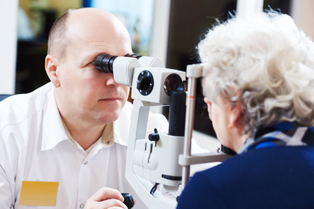 Volwassen optometrie. mannelijke optometrist opticien arts onderzoekt het gezichtsvermogen van de vrouw de patiënt in het oog van oogheelkundige kliniek