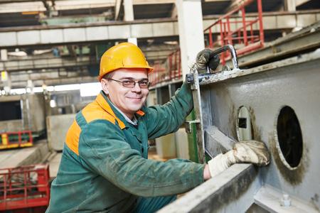trabajadores: trabajador industrial en el taller de la fábrica de la planta de construcción de viviendas Foto de archivo