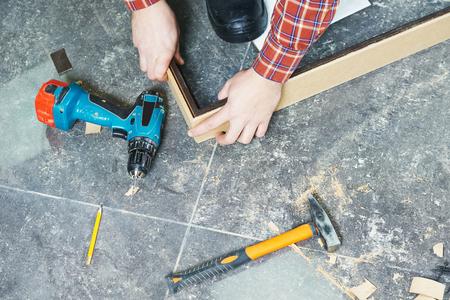 carpintero: trabajador marco de la puerta preparación de carpintería para interiores
