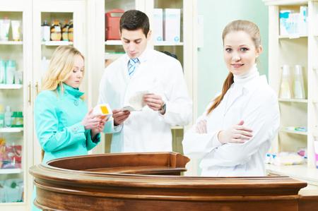 farmacia: asistencia farmac�utico de comprar droga m�dica al comprador en droguer�a de la farmacia Foto de archivo