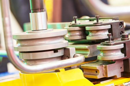 Industriebieger Ausrüstung Maschine für Metallrohrbiegen. Selektiver Fokus Standard-Bild