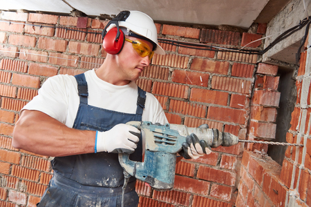 presslufthammer: Erbauerarbeitskraft mit pneumatischer Bohrhammer perforator Gerätebau Loch in der Wand auf der Baustelle