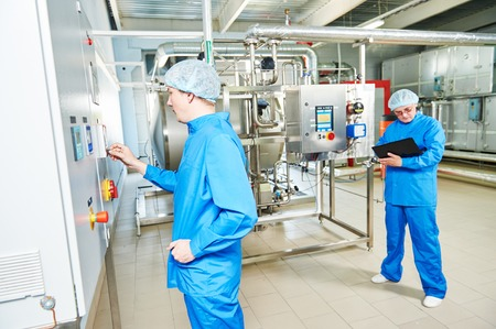 los ingenieros de servicio de fábrica farmacéuticas en el equipo operativo sala de preparación de agua en industria de la farmacia fábrica de la fabricación