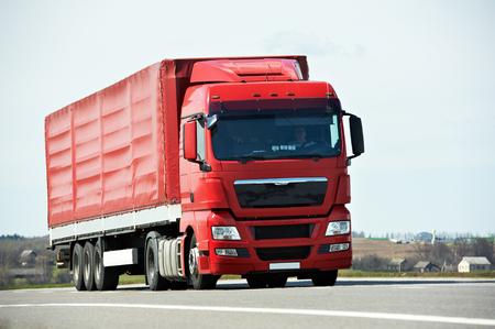 ciężarówka: Samochód ciężarowy z przyczepą na autostradzie autostradzie międzystanowej drogi