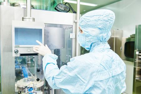 Mujer fábrica línea de producción farmacéutica operativo trabajador en la farmacia fábrica fabricación industria Foto de archivo - 46781218