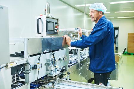 pharmazeutische Fabrik Mann Arbeiter Betriebsproduktionslinie bei Pharmaindustrie Herstellung Fabrik