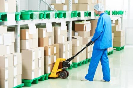 carretillas almacen: almacén médica cajas hombre trabajador carga con drogas Medcine por montacargas mano