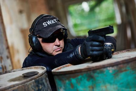 Military Branche. Spezialeinheiten oder Anti-Terror-Polizei Soldat, private Militärunternehmer mit Pistole bereit, während der Aufräumarbeiten anzugreifen, Mission bewaffnet