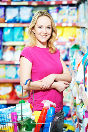 utiles de aseo personal: sonriendo artículos de higiene personal de compras mujer y limpieza del hogar suministra bienes.