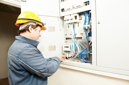 albañil: constructor electricista en el trabajo de instalar energía metros ahorro en línea eléctrica fuseboard distribución