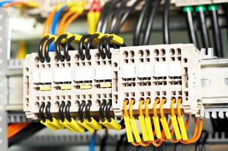 cable red: Conector del interruptor eléctrico automático en líneas eléctricas situadas en el interior de una placa del panel de control del interruptor industrial