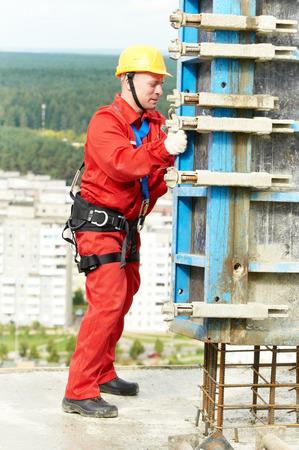 hombres trabajando: concreter montador trabajador de la instalación de encofrado de hormigón en obra de construcción