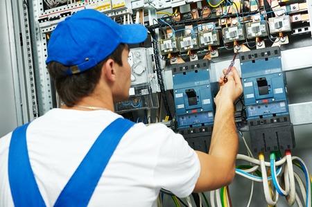 elektricien controle werknemer spanning van de elektrische schakelaar zekering boord