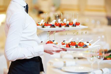 レストランのケータリング サービス。料理料理料理宴会テーブルとウェイトレス