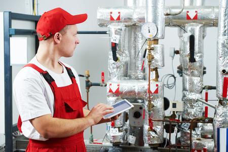 Tecnico manutentore riparatore ispezione sistema di riscaldamento nel locale caldaie