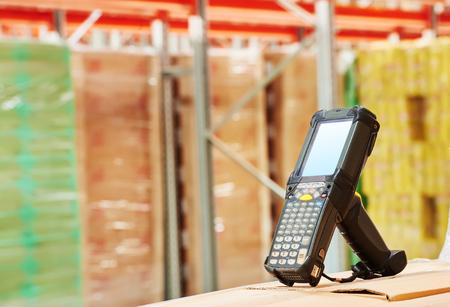 codigos de barra: escáner de código de barras Bluetooth delante del almacén moderno