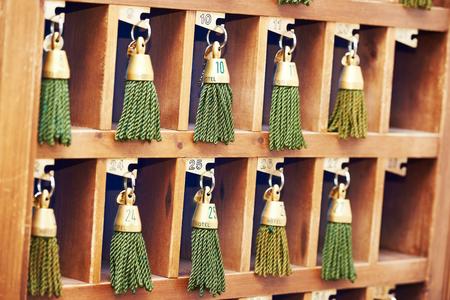 recepcion: llaves de hotel con borlas verdes en el mostrador de recepción Foto de archivo