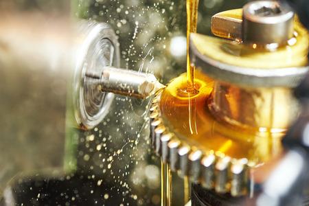 metaalverwerkende industrie. tandwiel tandrad bewerkingscentrum door het snijden van molen tool. Stockfoto