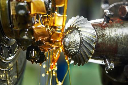 metaalverwerkende industrie: conische tand tandwiel verspanen door kookplaat mes molen tool. Selectieve nadruk op de tanden.