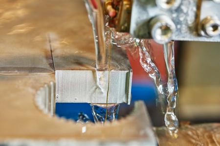 metaalbewerking. draad of vonkerosieproces van hardmetaal bewerking met waterkoeling. Authentieke schot in uitdagende omstandigheden. misschien beetje wazig